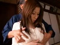 日刊エロぞう:義理父に強引に揺すられて犯されてしまう巨乳美人妻…