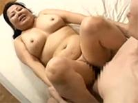 エロ動画アンテナ:太ったおばさんと小さい男のセックス