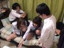 【動画】女子校生に手コキされる童貞ボーイ!