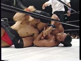 腕十字狙いは高田瞬時に防御、
