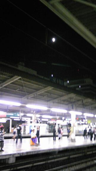 駅上の満月