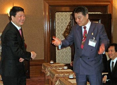 河村たかし市長を表敬訪問した劉志偉委員(左)