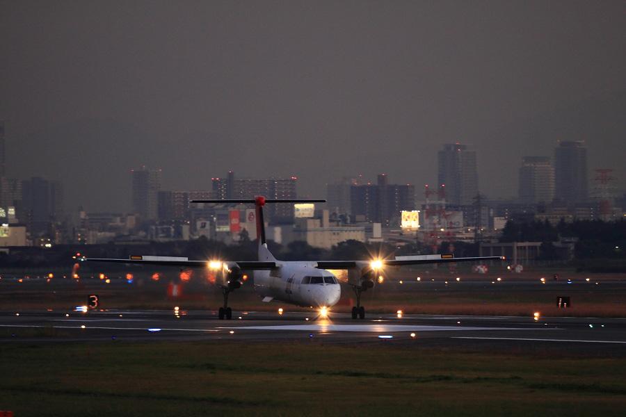 JAC DHC-8-402Q / JAC2356 (JA851C)@エアフロントオアシス下河原沿道