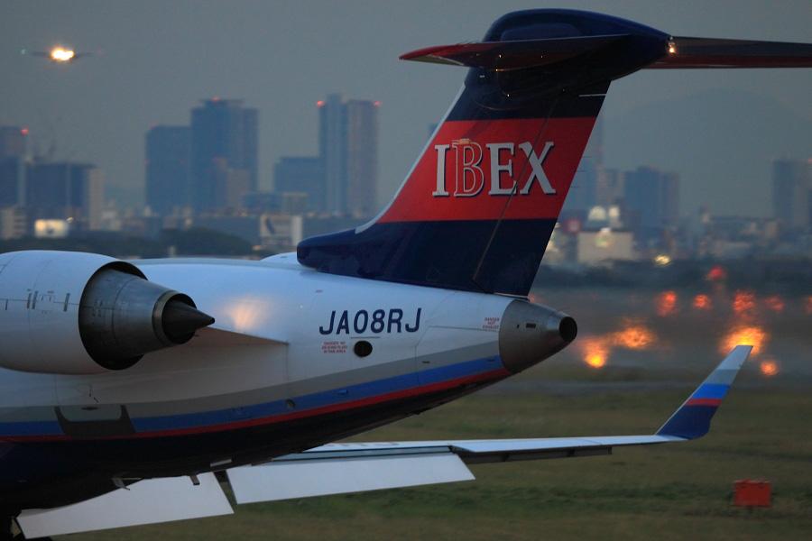 IBX CRJ-700 / IBX56 (JA08RJ)@エアフロントオアシス下河原沿道