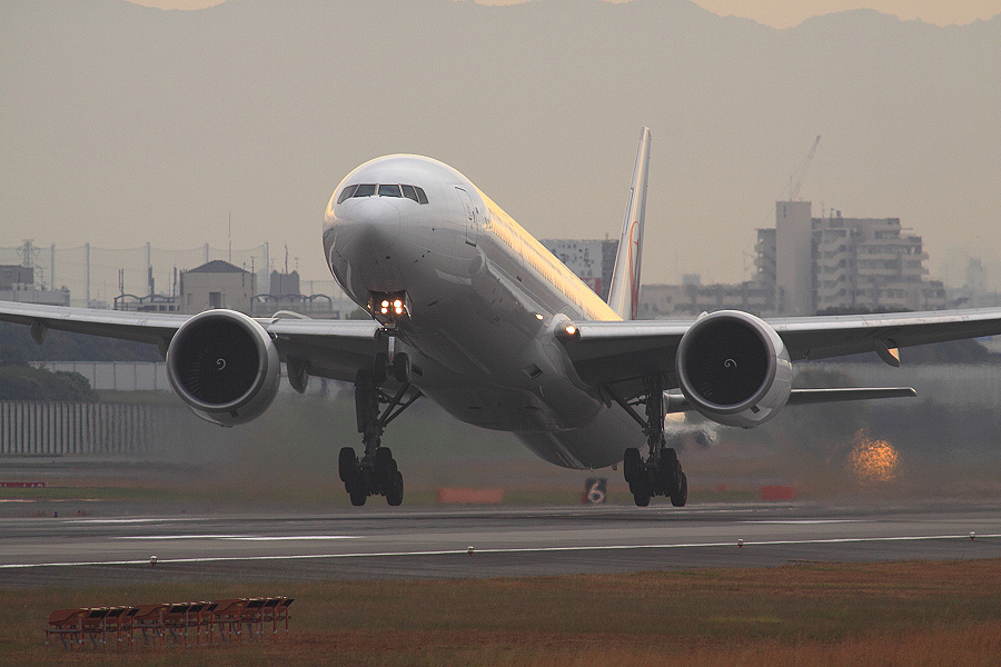 JAL B777-346ER / JAL3002 (JA739J)@RWY14Rエンド・猪名川土手