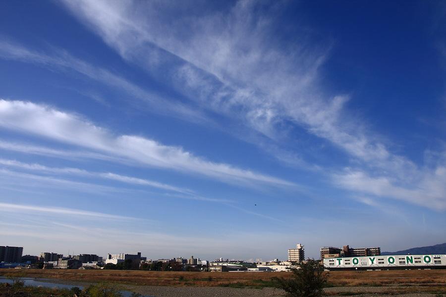今日午前中の空@RWY14Rエンド・猪名川土手