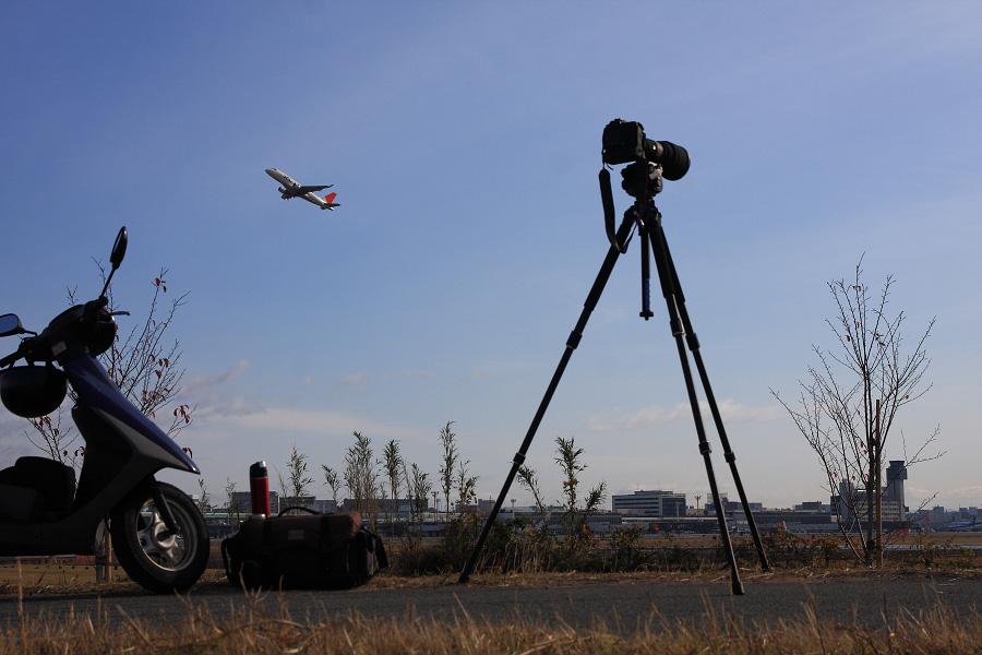 J-AIR ERJ-170 / JAL2203 (JA213J)@RWY14Rエンド・猪名川土手