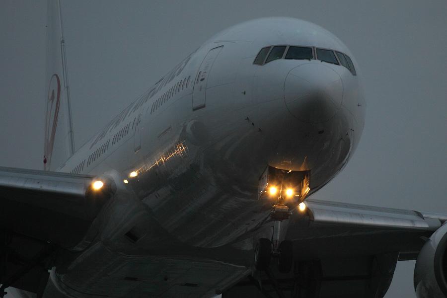 JAL B777-289 / JAL125 (JA007D)@RWY32Lエンド・千里川土手