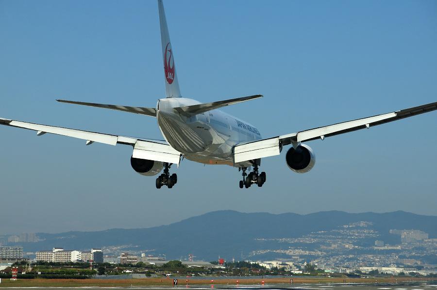 JAL B777-246 / JAL107 (JA8982)@RWY32Lエンド・千里川土手