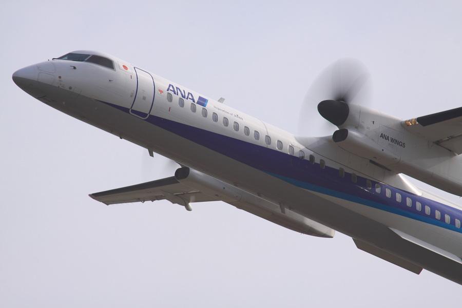 ANA WINGS DHC-8-402Q / ANA523 (JA842A)@RWY14Rエンド・猪名川土手