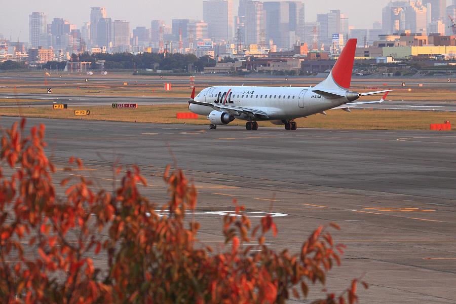 J-AIR ERJ-170 / JAL2376 (JA216J)@下河原緑地展望デッキ