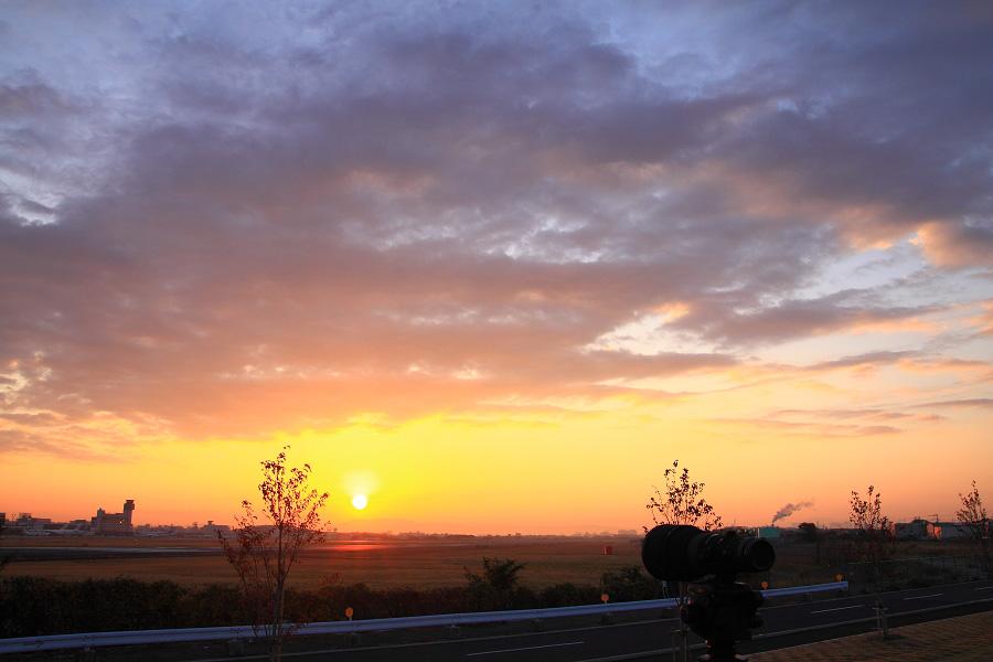 今日の日の出直後の空港景@RWY14Rエンド・猪名川土手