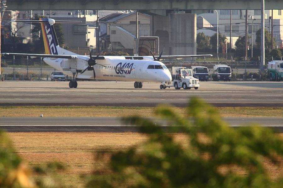 JAC DHC-8-402Q (JA842C)@RWY14Rエンド・猪名川土手