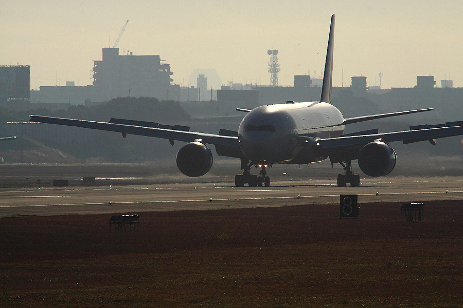 JAL B777-246 / JAL103 (JA772J)@RWY14Rエンド・猪名川土手