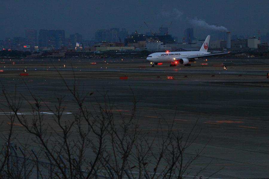 JAL B777-246 / JAL125 (JA8983)@下河原緑地展望デッキ