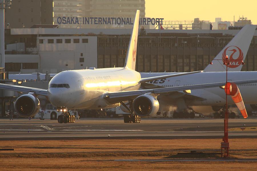 JAL B777-289 / JAL104 (JA8978)@RWY14Rエンド・猪名川土手