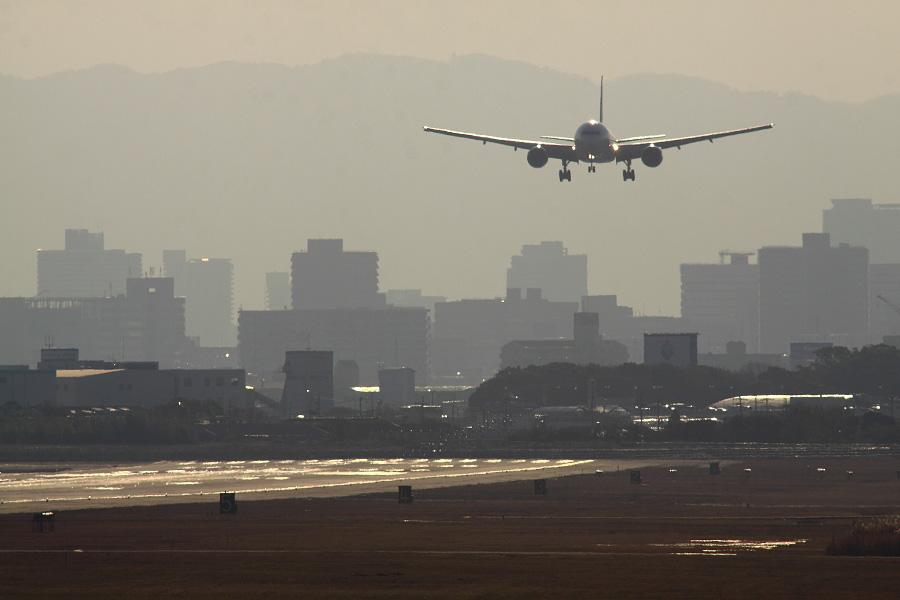 JAL B777-246 / JAL103 (JA8984)@RWY14Rエンド・猪名川土手