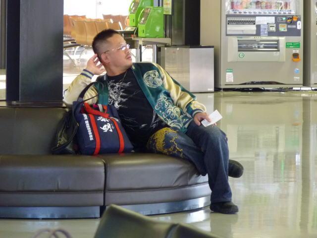 伊丹空港で 宮崎行きを 待つ図
