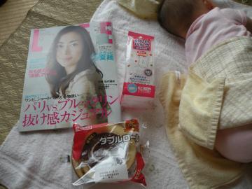 雑誌と小分けパックとパン110807