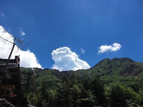 青い空と赤岳と・・