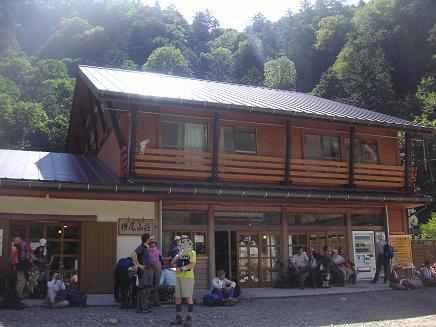 横尾山荘。。前にて