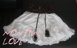 茶のベルト付き白コットンスカート
