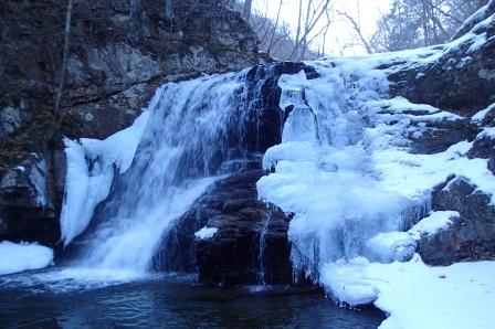 標高1050m付近の滝が凍っている