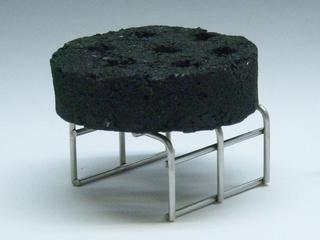 簡単着火のぼこ炭を専用金具台にのせたところ