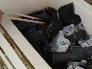 炭は足し過ぎないように。