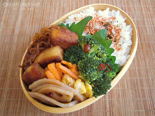 豚バラと白滝のすき焼き煮弁当01