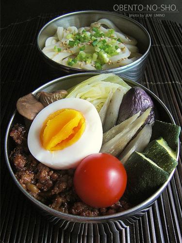 茄子入り肉味噌の蒸し野菜と冷うどん弁当01