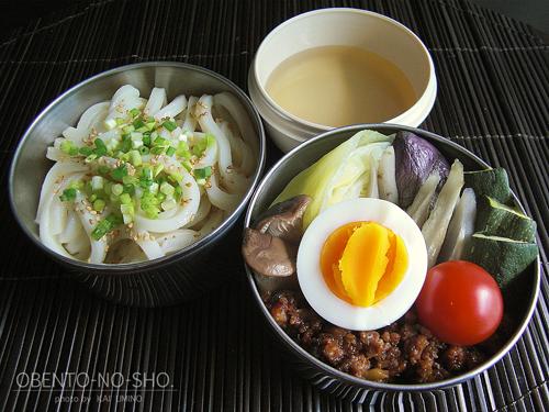 茄子入り肉味噌の蒸し野菜と冷うどん弁当02