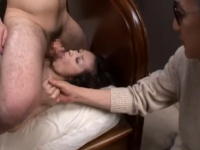 【日本人エロ動画】盲目の旦那の前で息子とセックスする妻