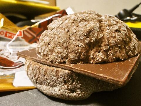 チョコチップメロンパン板チョコサンド(ヤマザキパン)