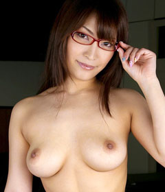メガネを掛けたままおっぱい丸出しのお姉さんに萌え♪