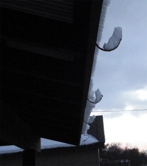 落雪後の雨樋支持金具の様子