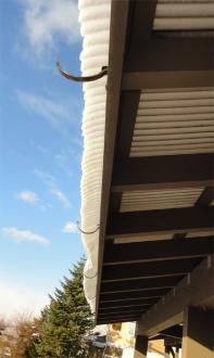 落雪直前の雨樋支持金具の様子