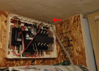 201410 天井に孔をあけて分電板まで配線