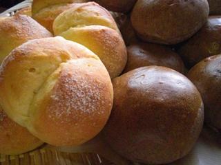 コーンバターパンと黒米パン