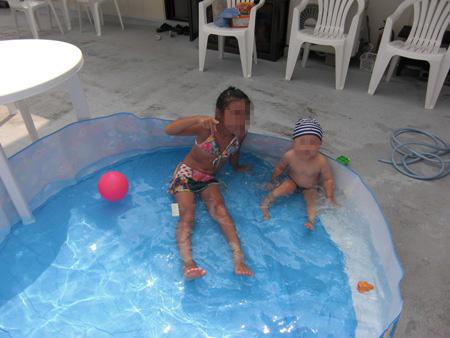 暑い日はプールで水遊びがいちばん!!