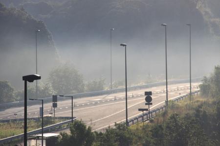 朝靄の自動車道