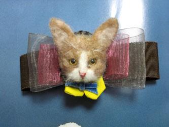 リボンコサージュ付き猫ブローチ