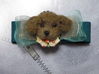 リボンコサージュ付き犬ブローチ