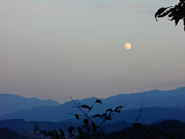 夕暮れの景色と月