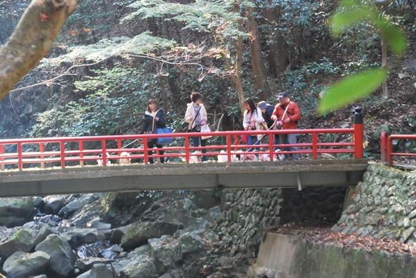 神明橋を渡ります