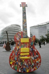 1215 paul-mccartney-guitar-gibson-guitartown-london-exhibit-in-london-10VeDC