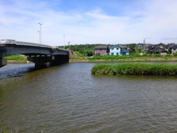 かわらの横の川