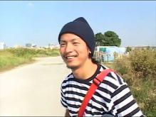 ゲイ動画:秋晴れススキ野原でいちゃいちゃデート オフショット !!