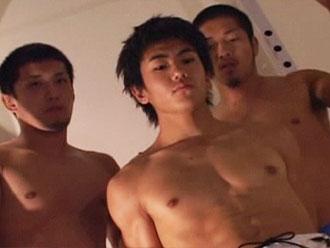 [男のプリケツ] ゲイ動画:体育会イケメン男2人に胸もチンポもせめられ3P !!