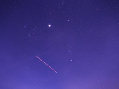 P1079132木星と航跡